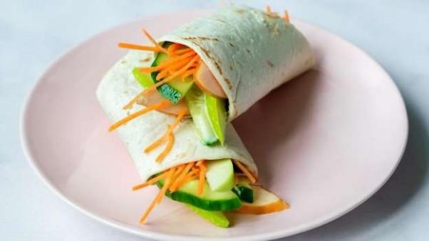 Thuiswerk lunch; Wrap met gerookte kip, appel en truffelmayonaise